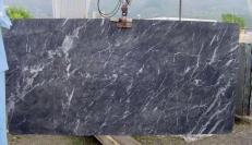 Fourniture dalles brillantes 2 cm en marbre naturel GRIGIO CARNICO SRC41125. Détail image photos
